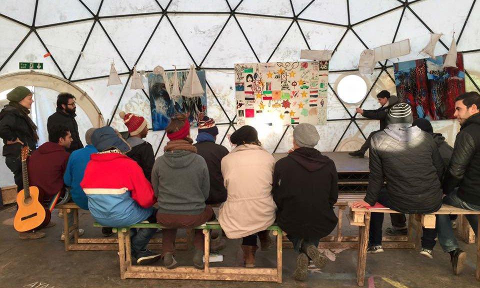 Le collectif de théâtre Zoukak lors d'une intervention dans la jungle de Calais, en 2015. Crédit : Zoukak