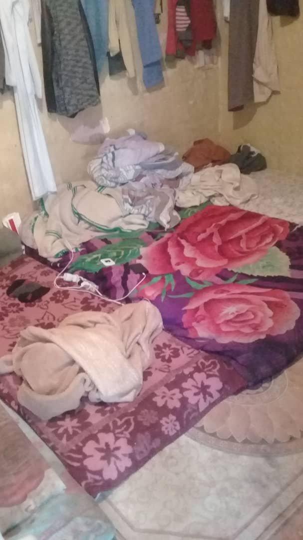 Alpha et Abdoullaye vivent avec neuf autres personnes dans un minuscule studio, à Tripoli. Crédit : DR