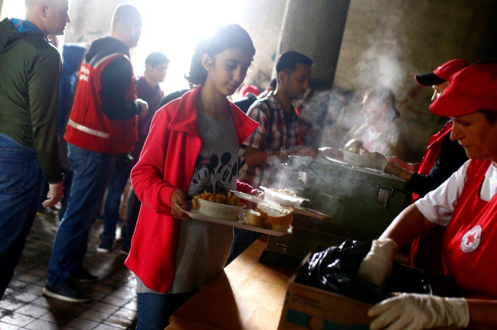 Distributions de repas à des migrants dans la ville de Bihac en Bosnie, le 11 mai 2018. Crédit : Reuters