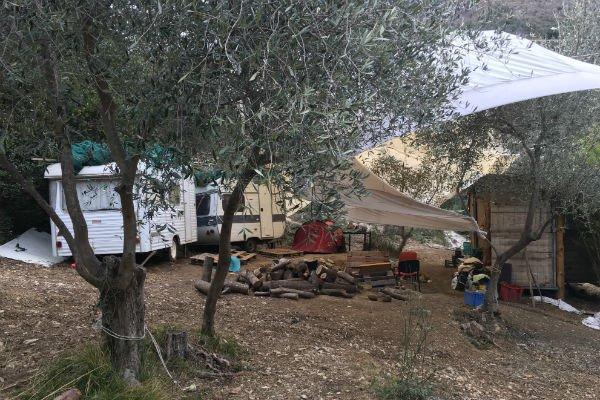 Dans sa propriété à Breil-Sur-Roya, Cédric Herrou héberge les migrants de passage dans des caravanes et tentes installées dans le jardin. Crédit : Mehdi Chebil