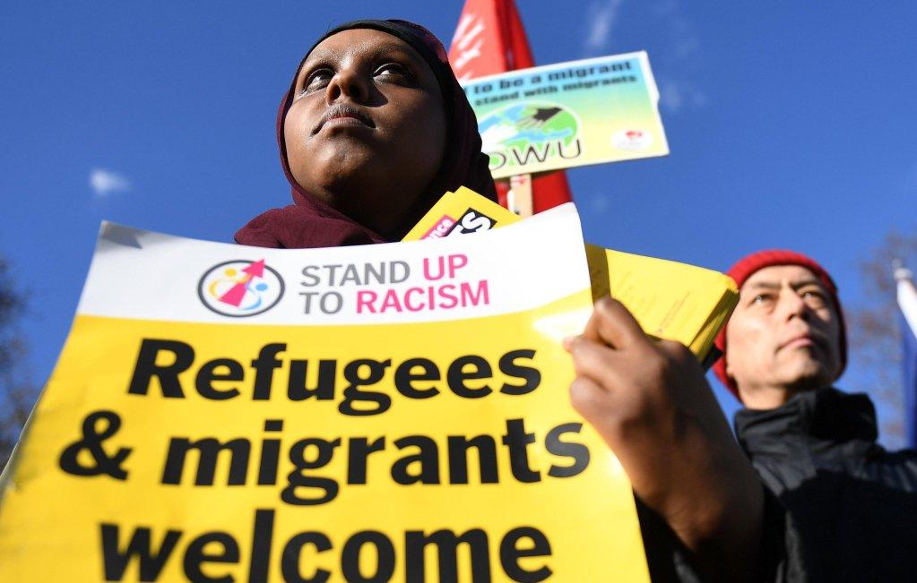 """ansa/ مهاجرون يحتجون في ميدان البرلمان بوسط لندن في 17 شباط/ فبراير الماضي، في إطار حملة """"يوم واحد بدوننا"""". المصدر: إي بي إيه/ إندي رين"""