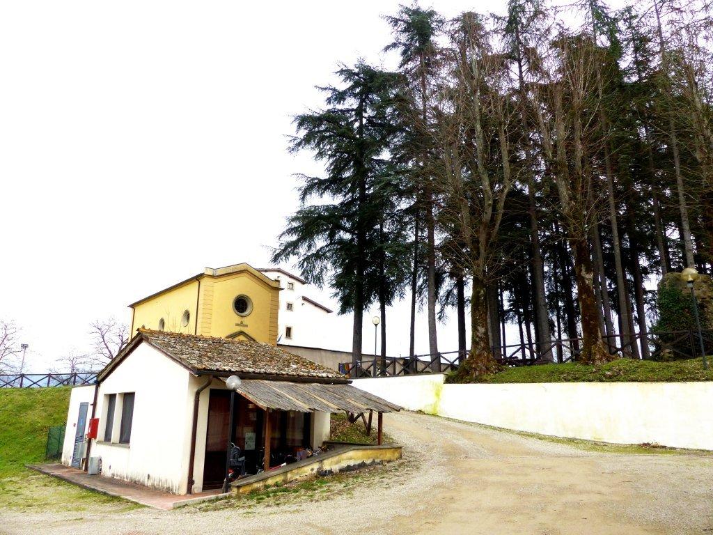 Au premier plan, l'une des maisons des résidents du Villaggio La Brocchi, et derrière, le restaurant Ethnos et le bâtiment principal | Photo: Michaela Cavanagh