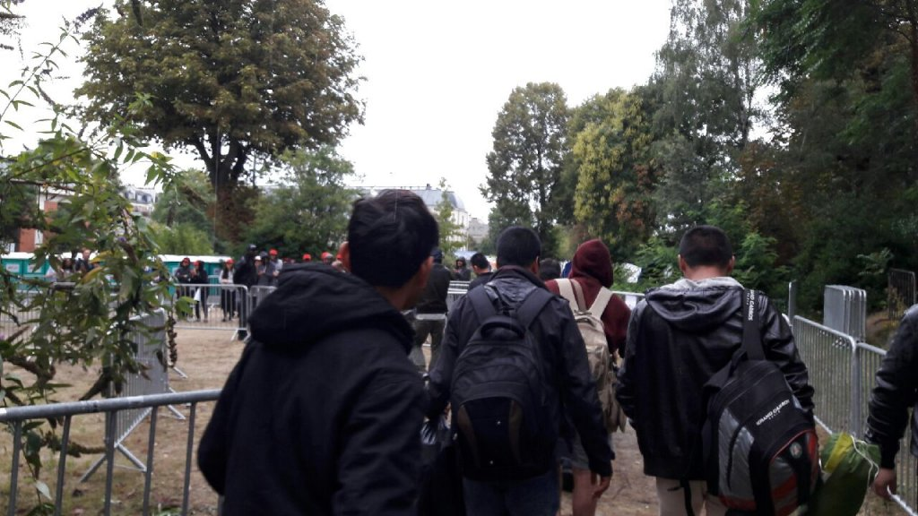 Les premiers migrants arrivent dans le centre du 15e arrondissement aprs lvacuation de la porte de la Chapelle Crdit  Association AuroreInfoMigrants