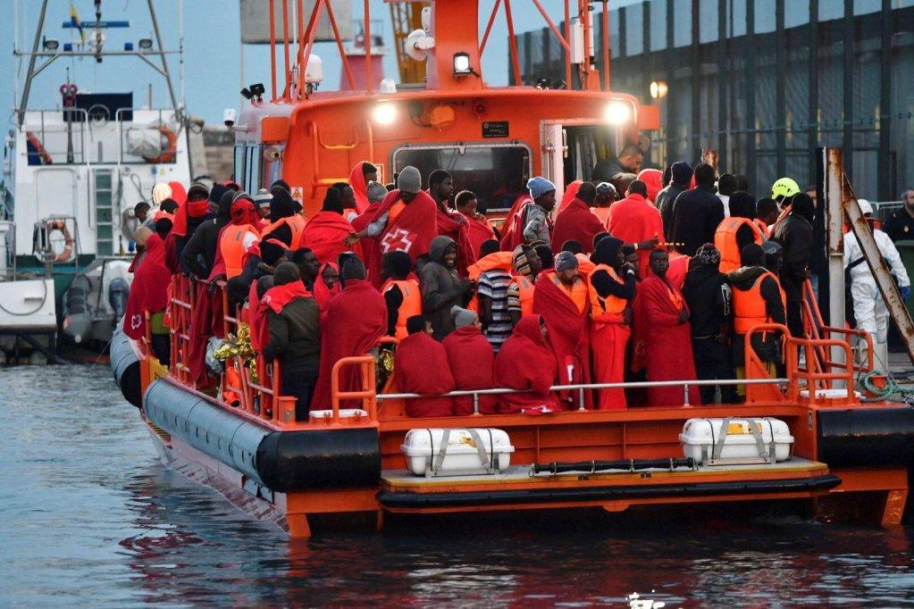 مهاجرون من منطقة جنوب الصحراء والمغرب، تم إنقاذهم بواسطة البحرية الإسبانية، يصلون إلى ميناء ألميريا. المصدر: إي بي إي/ كارلوس باربا.
