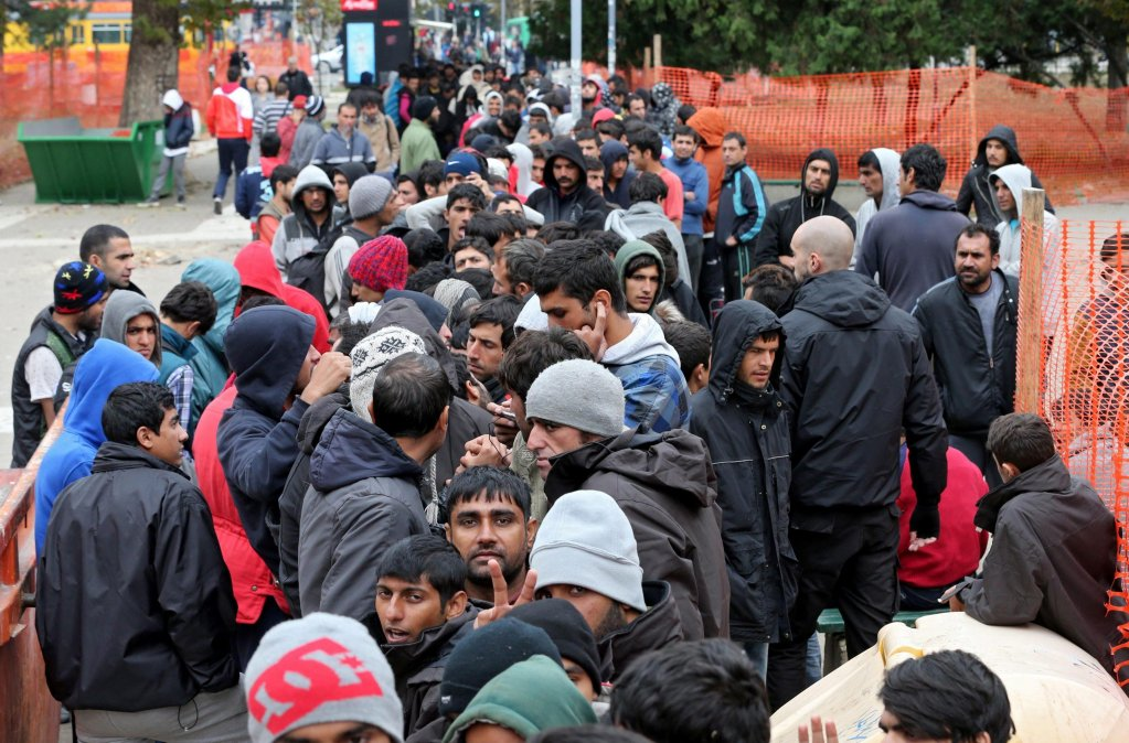 ansa - مهاجرون أثناء عبورهم ممر البلقان. المصدر: إي بي إيه/ كوتشا سليمانوفيتش