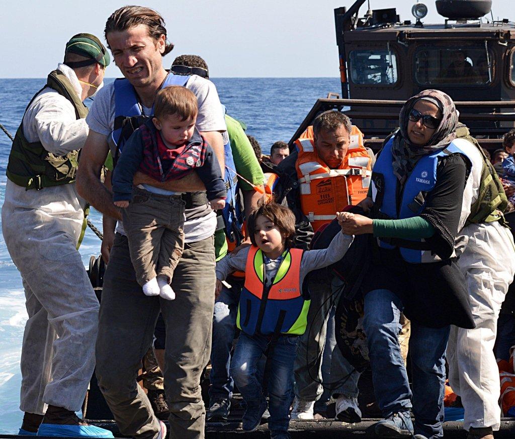 ansa / عملية إنقاذ 396 مهاجرا في شمال ليبيا، حيث جرى نقلهم من قارب محطم إلى سفينة تابعة للبحرية البريطانية في 28 أيار/ مايو 2015. المصدر: إي بي إيه/ كارل أوزموند/ وزارة الدفاع البريطانية