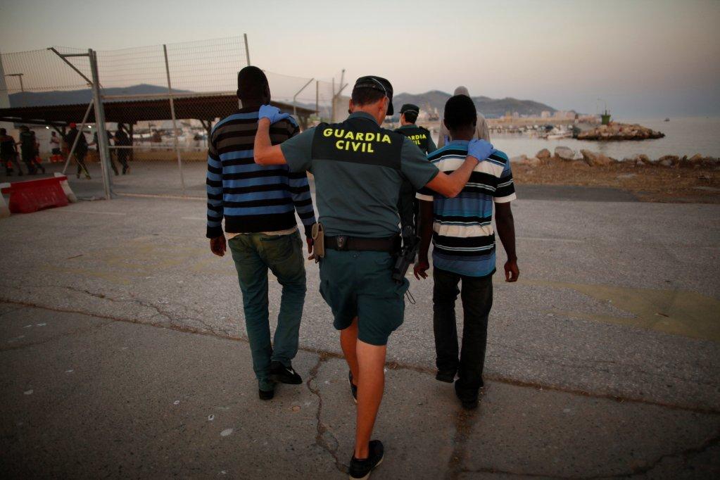الشرطة الإسبانية تقتاد مهاجرين/ رويترز