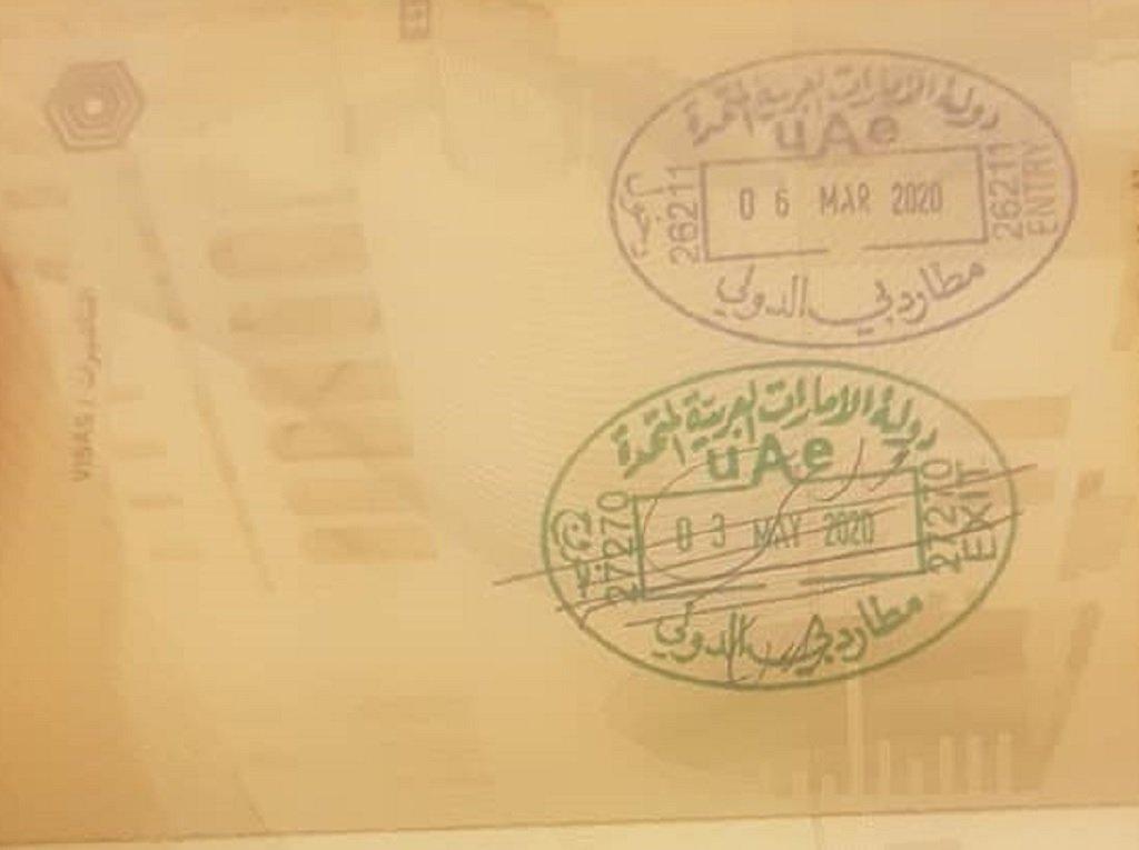وثسقة سفر طارق ويظهر عليها ختم الخروج من مطار دبي. الحقوق محفوظة