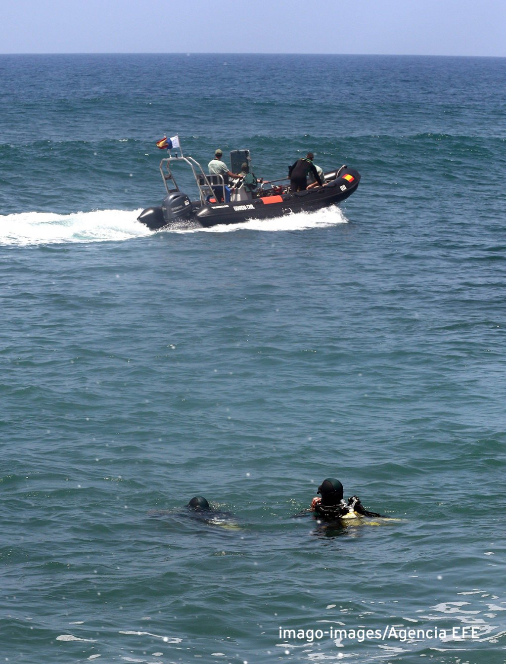 Spanish Civil Guard rescue divers search for two missing migrants at Arguineguin in the Canary Islands 17 May 2019  Photo Imago