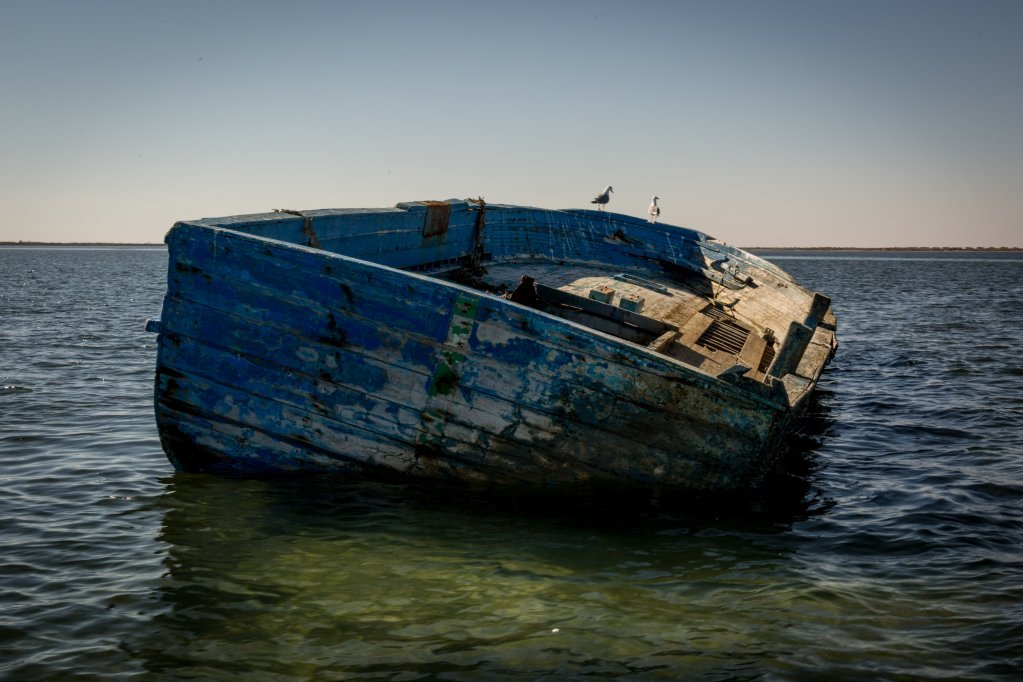 قارب مهربين كان ينقل مهاجرين.