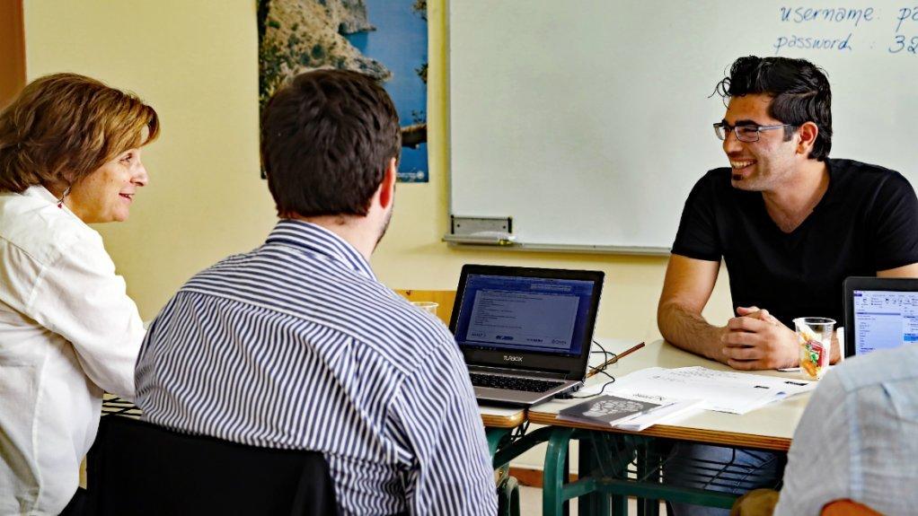 Les entretiens sont conduits par au moins deux personnes, dont l'une a des connaissances spécifiques sur le pays du participant