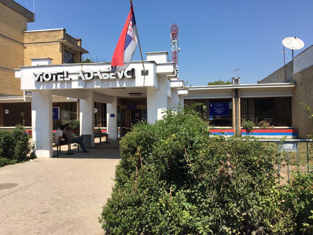 Le centre d'accueil d'Adasevci a été ouvert dans un vieil hôtel au bord de l'autoroute. Crédit : Julia Dumont