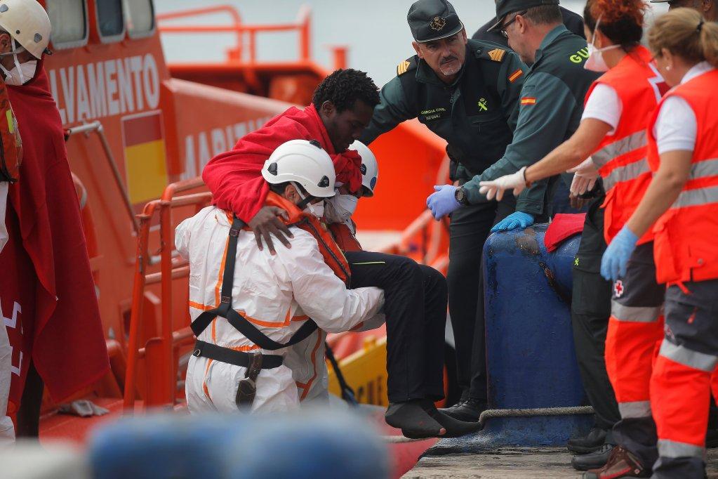 REUTERS/Jon Nazca |Dans le port espagnol de Malaga, des sauveteurs aident des migrants arrivés en bateau par la mer Méditerranée, le 19 octobre 2017.