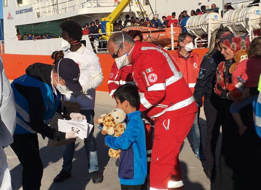 Des migrants secourus en Méditerranée arrivent en Italie, au mois d'avril 2017. Crédit : Boualem Roubachi