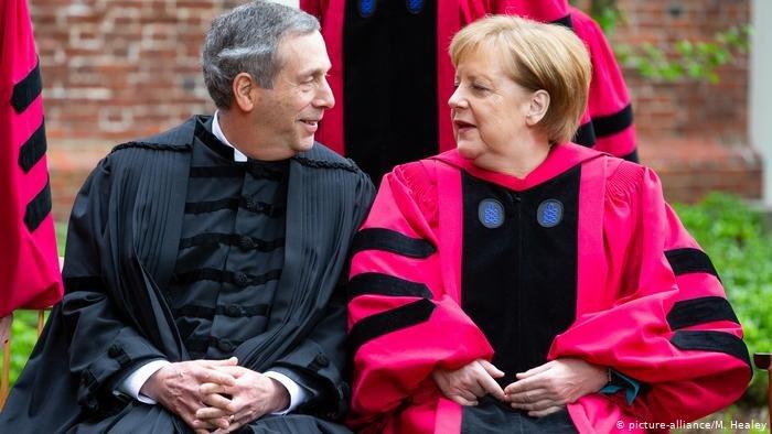 المستشارة الألمانية أنغيلا ميركل تتحدث مع رئيس جامعة هارفارد لاري باكو
