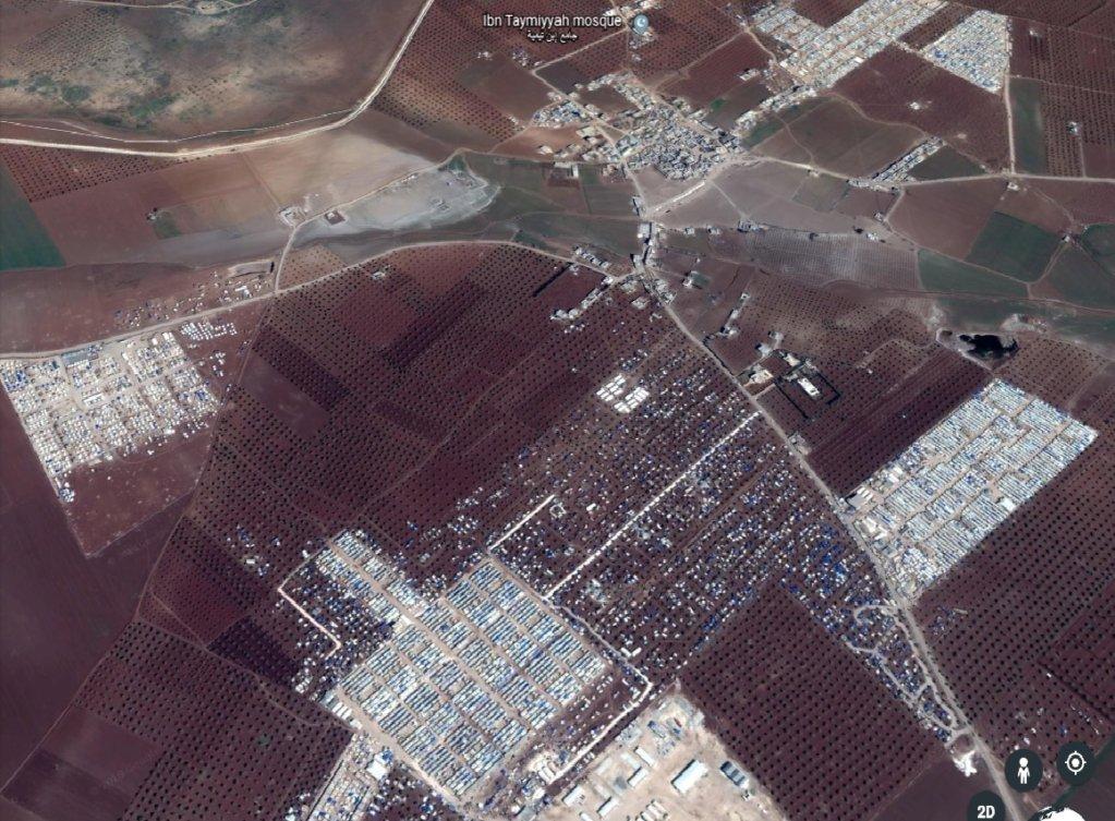 مخيمات اللاجئين السوريين على الحدود التركية. Source: Screenshot Google Earth