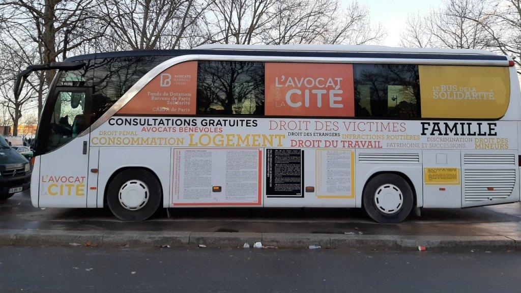 يقف الباص كل يوم جمعة في منطقة أوبرفيلييه شمال باريس. المصدر/مهاجر نيوز