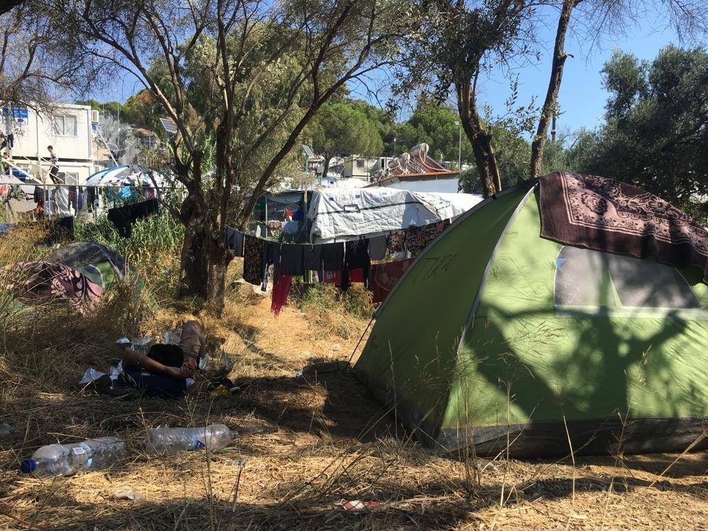 نتيجة الازدحام، عمد المهاجرون الوافدون حديثا إلى نصب خيامهم في الأراضي المحيطة بالمخيم. مهاجر نيوز