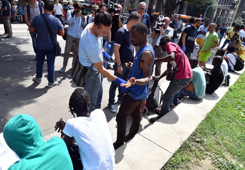 ansa / الشرطة الإيطالية تقوم بعمليات تدقيق لدى المهاجرين في المحطة المركزية للقطارات في ميلانو. المصدر: أنسا/ دانييل دال زينارو.