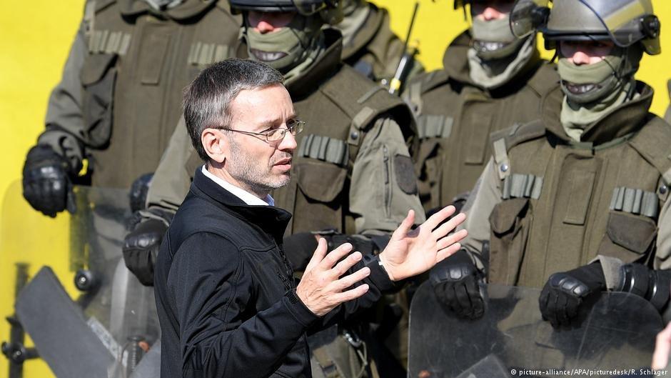 هیربرت کیکل، وزیر امور داخله اتریش در جریان تمرینات