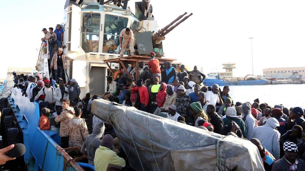 قارب تابع لخفر السواحل الليبي ينقل مهاجرين أفارقة تم إنقاذهم في المتوسط. أرشيف