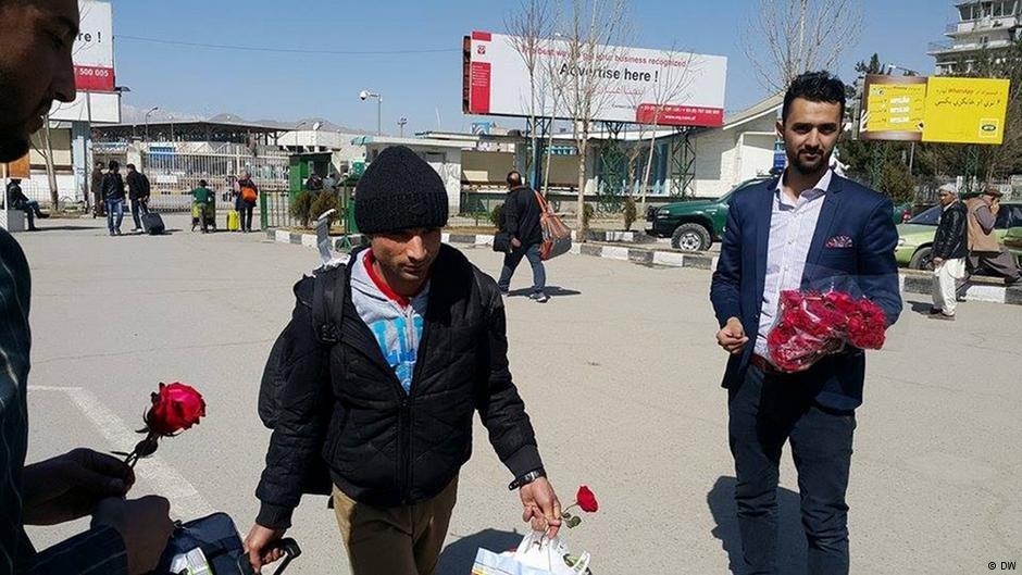 آریشیف دویچه وله: پناهجویان بازگشت کننده در کابل مورد استقبال قرار گرفته بودند.