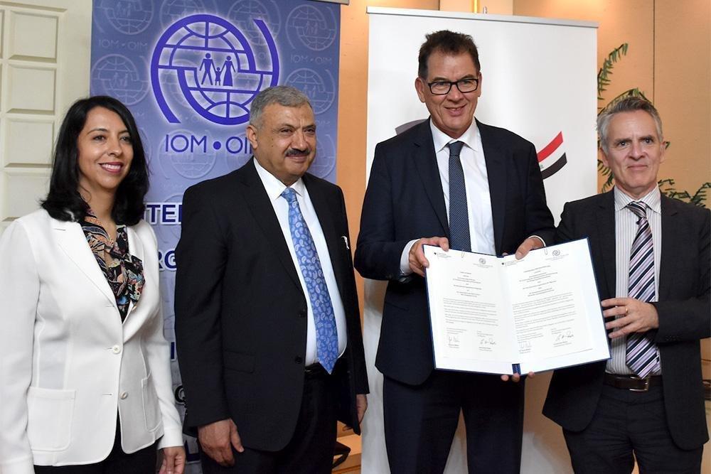 ansa / توقيع الاتفاق بين الأطراف المعنية. المصدر: منظمة الهجرة الدولية.