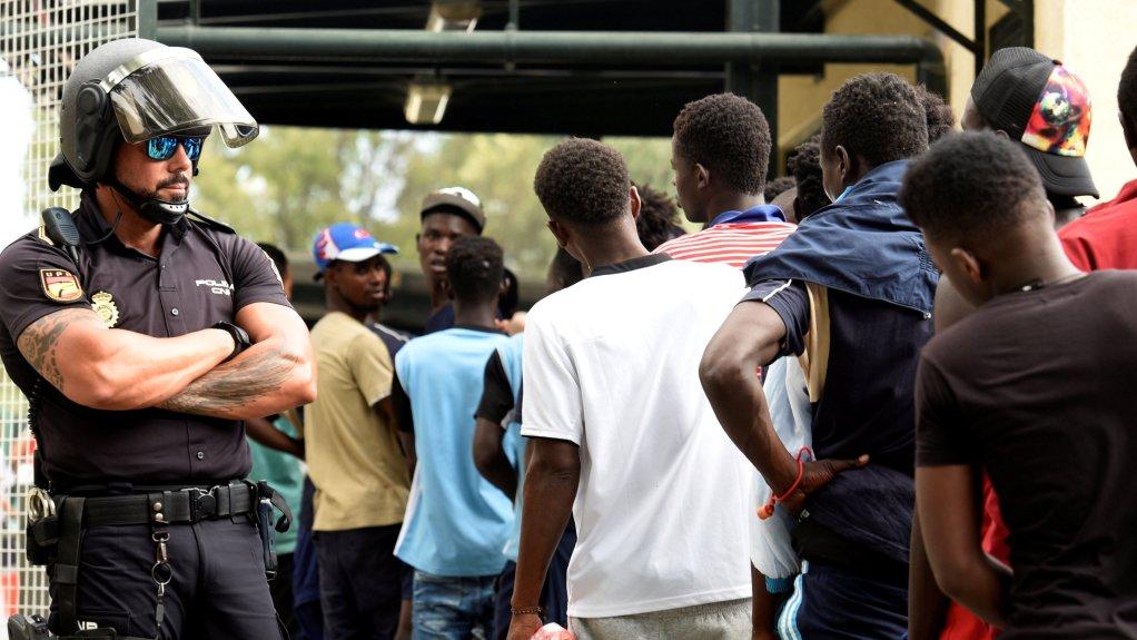 مهاجرون أفارقة أمام مركز للشرطة الإسبانية في جيب سبتة، 22 آب/ أغسطس 2018 | المصدر: رويترز
