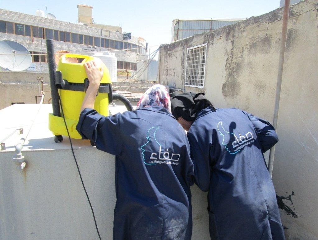 لاجئات سوريات يعملن في ورشة صفاء سكرية للسباكة