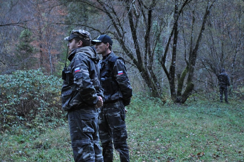 An extreme right-wing militia patrols along the Slovenian-Croat border in the forest. Credit: Dana Alboz/InfoMigrants