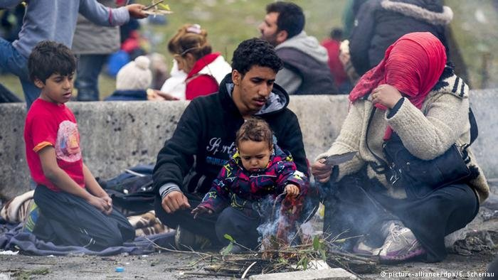 Österreich Spielfeld Grenze Flüchtlingsfamilie (picture-alliance/dpa/E. Scheriau)