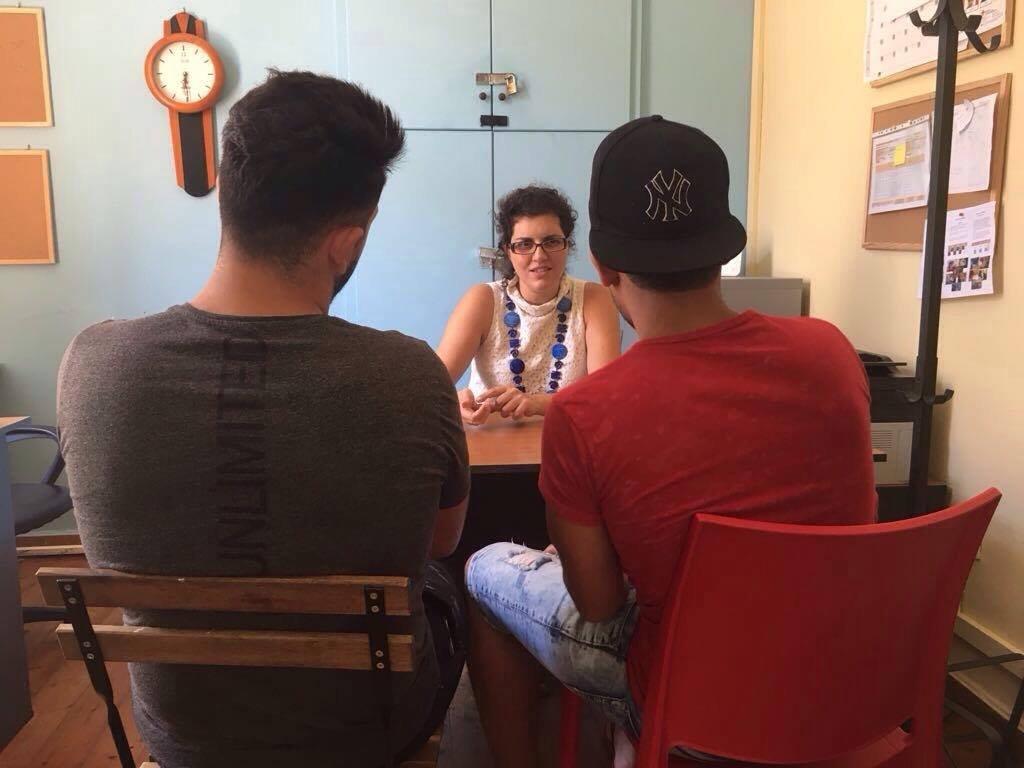 Matina parle avec deux adolescents syriens dans son bureau Crdit  Charlotte Boitiaux