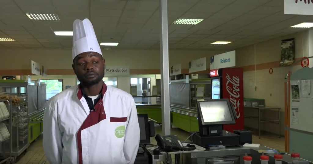 Hamad a bénéficié du programme Hope et suit une formation en cuisine. Capture d'écran YouTube