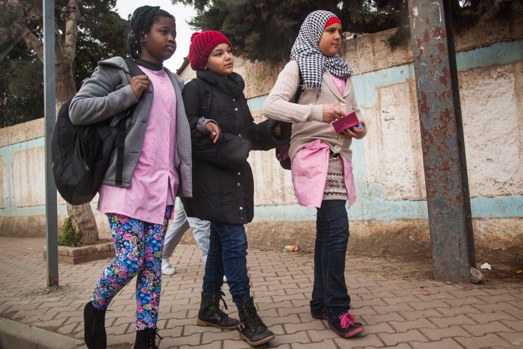 Bachir Belhadj  La plupart des enfants de migrants subsahariens sont francophones ou anglophones alors qu'en Algérie l'instruction se fait en arabe. A défaut de bénéficier de cours particuliers, les enfants accumulent souvent du retard en classe. Alger, mai 2015.