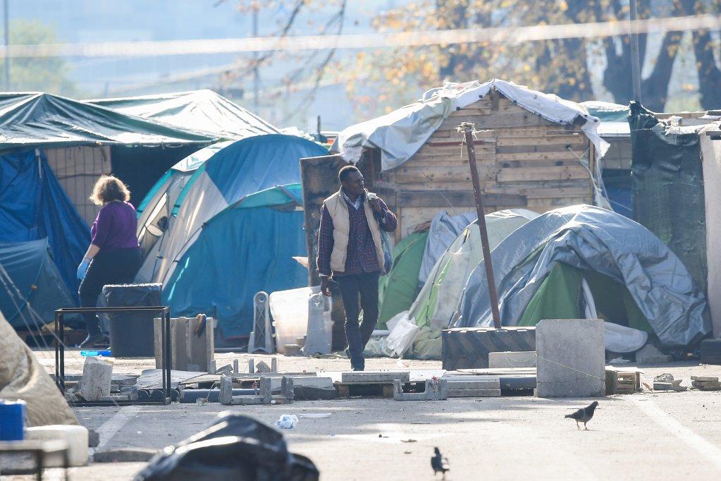 AFP/Tiziana Fabi |Un migrant dans un camp de fortune à Rome, le 13 novembre 2018. Depuis l'entrée en fonction du nouveau gouvernement italien, les migrants ne sont plus les bienvenus en Italie. Ils sont donc de plus en plus à rejoindre les Pays-Bas.