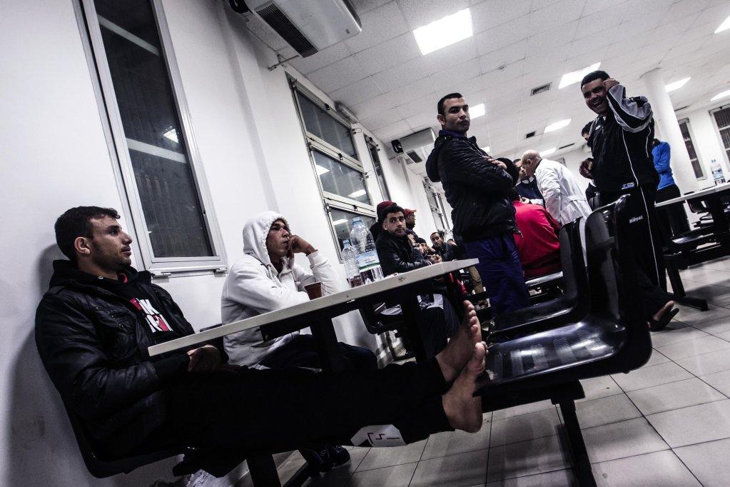 ansa / مهاجرون في مركز بونتي كاليريا لتحديد الهوية والإبعاد في روما. المصدر: أنسا/ أنجيلو كاركوني.
