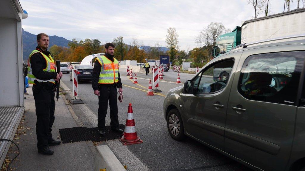 Les policiers allemands contrôlent chaque jour des milliers d'automobilistes à la frontière avec l'Autriche. Crédits photo : Aasim Saleem