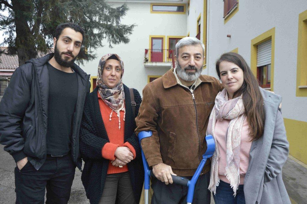 عائلة الحداد مع ريتا ليموس منسقة استقبال اللاجئين من جمعية إنسانية في البرتغال | المصدر: مايفا بولي/ مهاجرنيوز