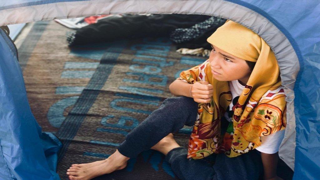 طفلة مهاجرة في مخيم خيوس. المصدر/ طارق أرسل الصورة