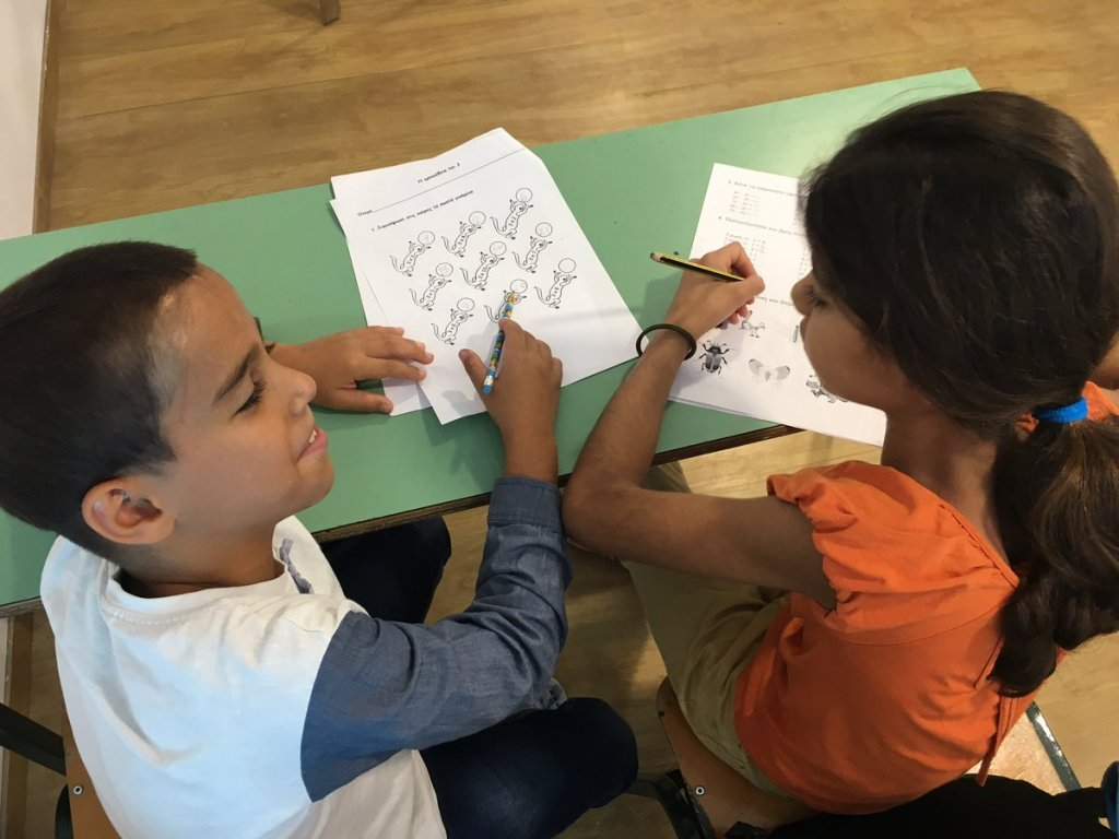 Sur l'île grecque de Tilos, des bénévoles ont mis en place une école pour que les enfants continuent leur scolarité. Crédit : Charlotte Boitiaux