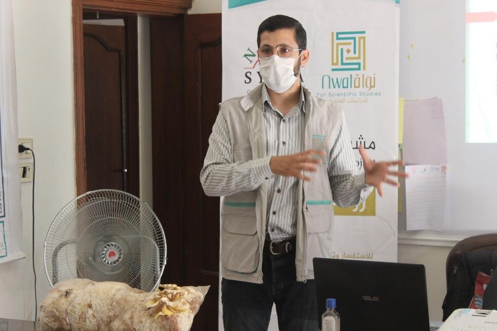 أحمد أثناء إحدى التدريبات التي يشرح فيها كيفية زراعة الفطر.