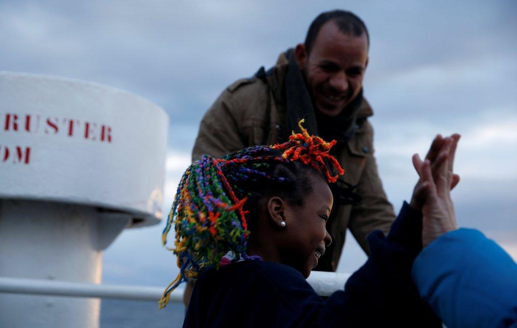 دو مهاجر نجات داده شده از مدیترانه در کشتی سی ای واچ  آلمانی، روز هشتم جنوری. عکس از REUTERS/Darrin Zammit Lupi