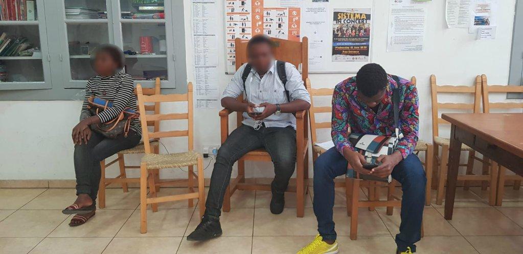 Des migrants patientent au frais  lintrieur du centre gr par Caritas  Nicosie Crdit  Anne-Diandra Louarn  InfoMigrants