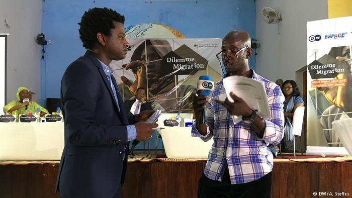 Jean-Luc (à droite) parle des dangers de la migration illégale