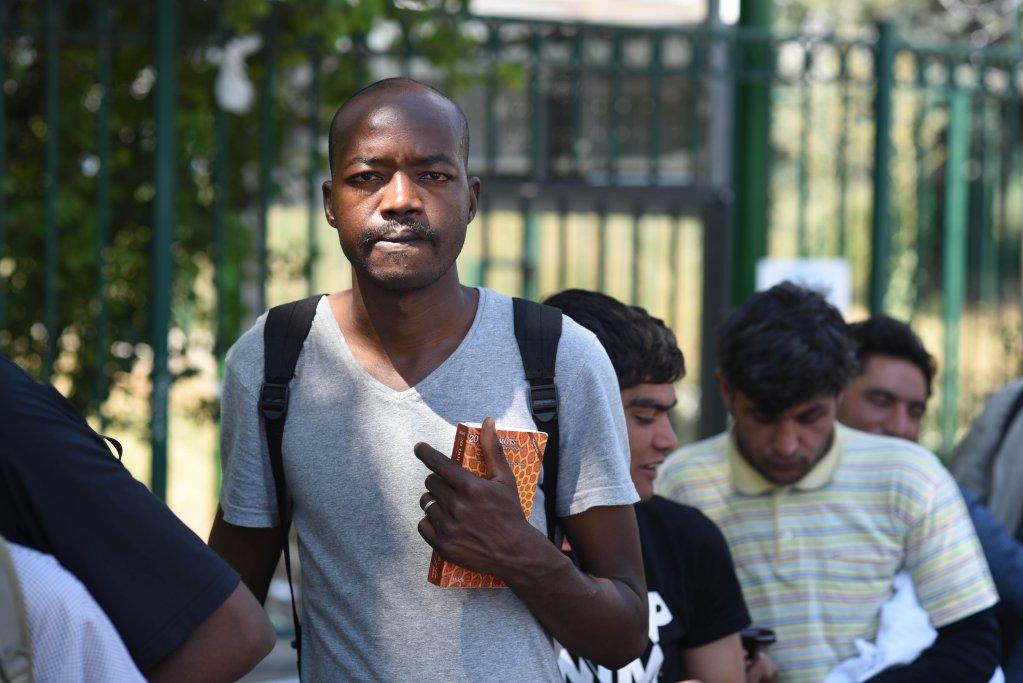 Un migrant patiente pour rentrer dans le centre, porte de La Chapelle. Crédit : Mehdi Chebil