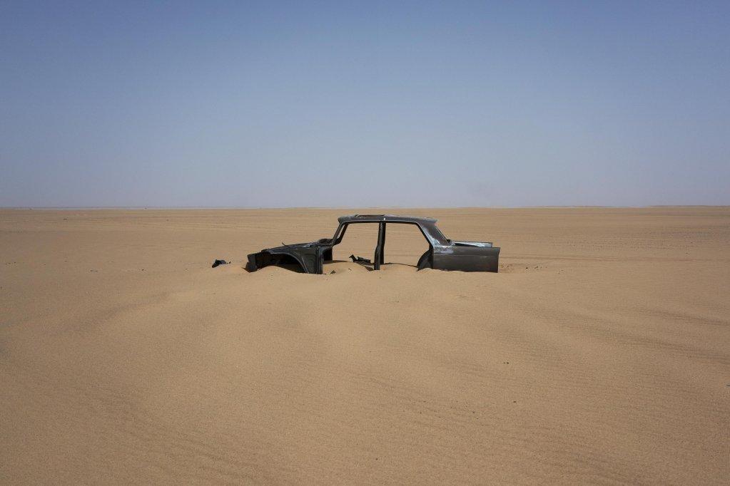 PHOTO  Les restes dune voiture abandonne dans le dsert du Tnr une rgion hyper aride dans le sud du Sahara Photo ANSAAP PhotoJerome Delay
