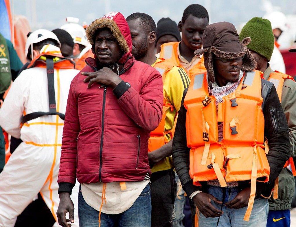 """مهاجرون تم إنقاذهم بواسطة قوات الإنقاذ البحري الإسبانية يصلون إلى ميناء موتريل في غرناطة، جنوب إسبانيا. المصدر: أنسا/""""إي بي إيه""""/ ميجيل باكيت."""