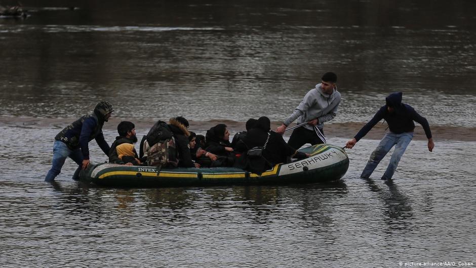 اواخر فبروری سال ۲۰۲۰، یک خانواده سوریایی سعی می کند با عبور از رودخانه ماریتسا (ایوروس) وارد یونان شود./عکس: Picture-alliance/AA/O.CobanAFP/L.Gouliamak