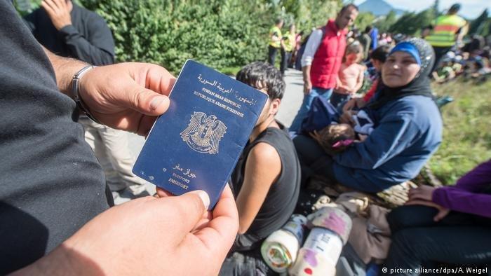 مئات اللاجئين السوريين يبيعون وثائق سفرهم الألمانية التي كانوا يرغبون بالحصول عليها وهم في رحلة اللجوء.