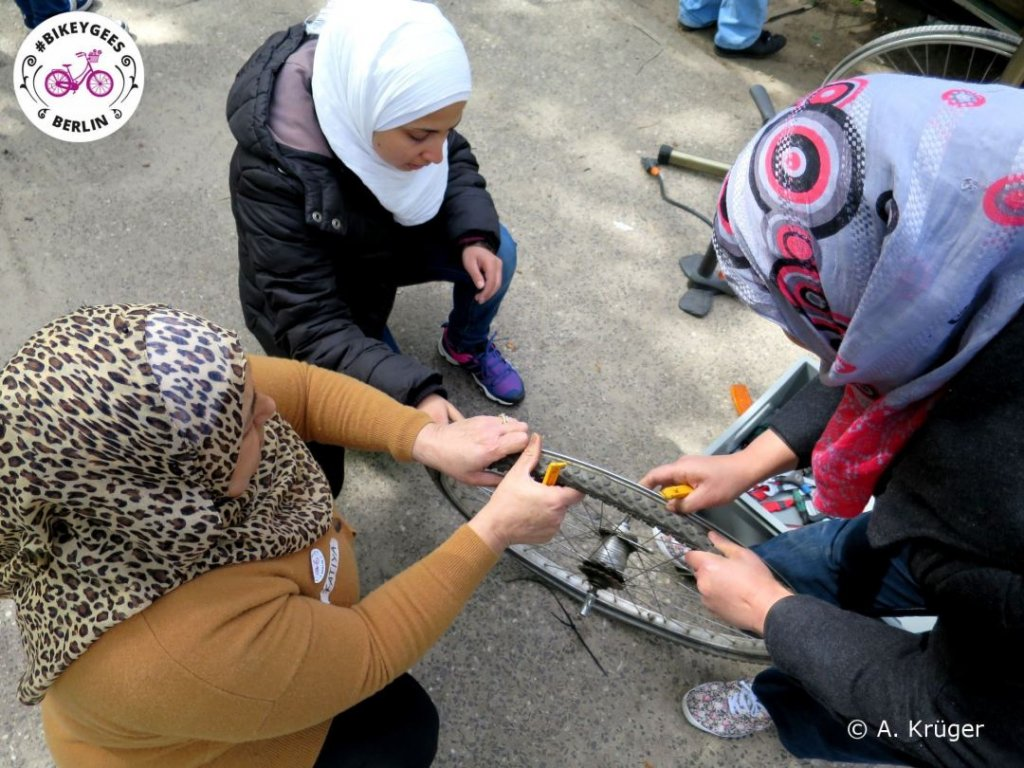 Bikeygees women fixing a bike   Photo credit: #BIKEYGEES e.V.
